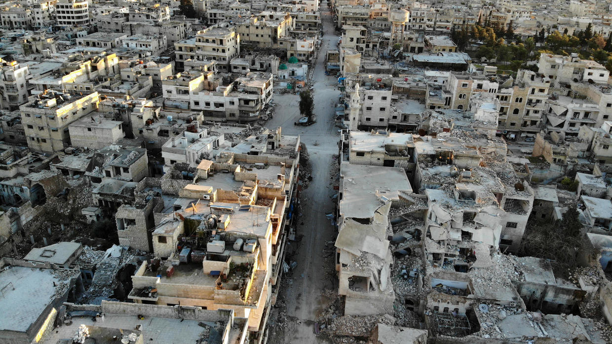 Syria regime forces on edge of key rebel-held town: monitor